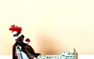 Кроватка для куклы своими руками: из фанеры, картона и дерева